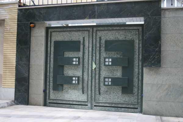 درب فلزی بسیار زیبا و شیک با طرحی برجسته مناسب برای ورودی ساختمان , پارکینگ و حیاط کد ۱۰۲