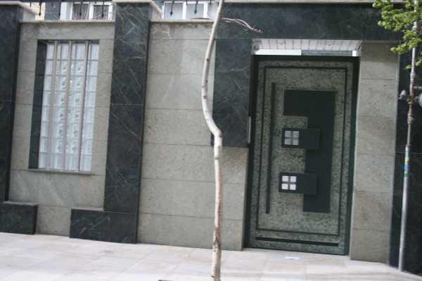 درب فلزی نفر رو خیلی زیبا و شیک با طرحی برجسته مناسب برای ورودی ساختمان و حیاط کد ۱۰۳