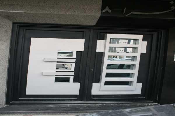 درب فلزی بسیار شیک و زیبا با طرحی برجسته مناسب برای ورودی ساختمان , حیاط و پارکینگ کد ۱۰۸