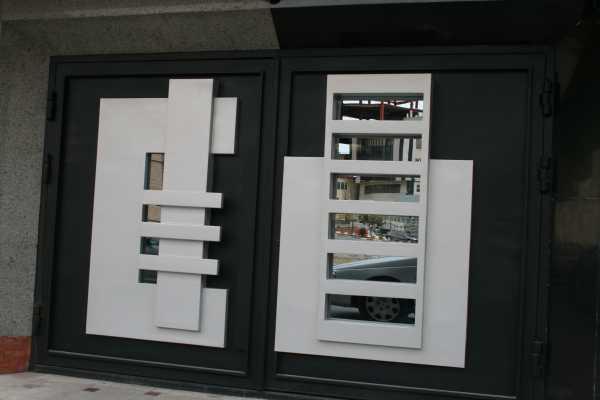 درب فلزی بسیار شیک و به روز با طرحی زیبا و برجسته مناسب برای ورودی ساختمان , پارکینگ و حیاط کد ۱۰۹