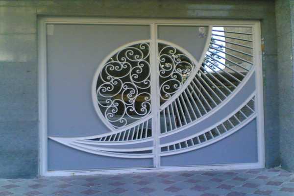 درب فلزی بسیار شیک زیبا با گل های فرفروژه و طرحی خاص مناسب برای ورودی پارکینگ , حیاط و ساختمان کد ۱۳۱
