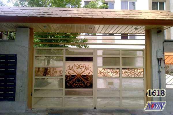 درب فلزی زیبا و شیک با پس ضمینه ی گلهای فرفروژه و تور مناسب برای ورودی ساختمان و پارکینگ کد ۱۶۲
