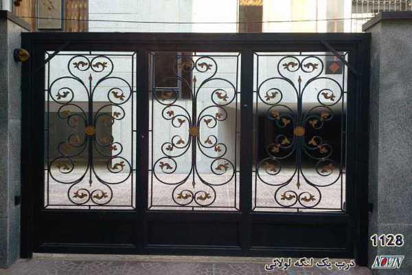 درب فلزی یک لنگه لولائی بسیار شیک و زیبا و یک پارچه با گل های فرفروژه مناسب برای درب ورودی پارکینگ , ورودی ساختمان و ویلا کد ۲۰۶