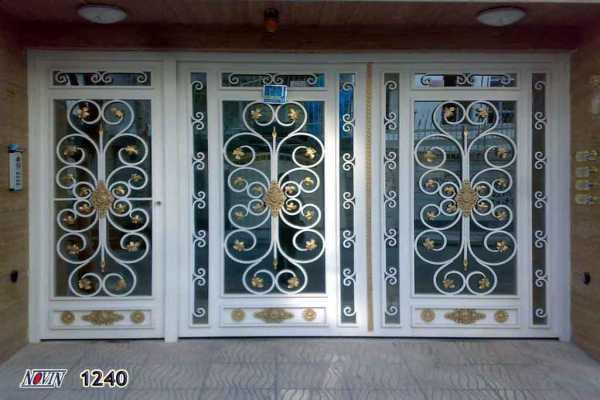 درب فلزی بسیار شیک زیبا با گل های فرفروژه مناسب برای ورودی ساختمان , حیاط و پارکینگ کد ۲۱۰