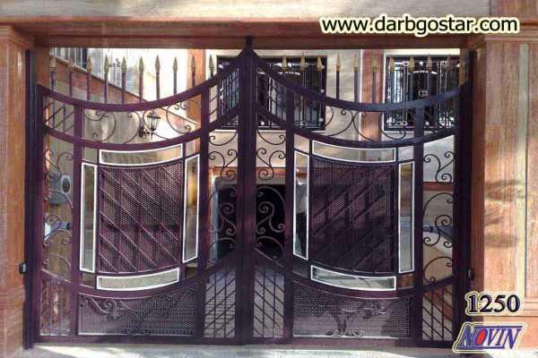 درب فلزی بسیار زیبا و شیک با گل های فرفروژه و حفاظ نیزه ای شکل با پس ضمینه ی شیشه و تور مناسب برای ورودی ساختمان , باغ و ویلا کد ۲۱۶