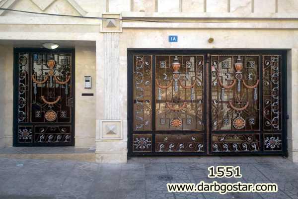 ست درب فلزی ورودی پارکینگ و درب نفر رو خیلی زیبا و شیک مناسب برای درب حیاط , پارکینگ و ورودی ساختمان با گلهای مدل کراواتی کد ۲۶۶