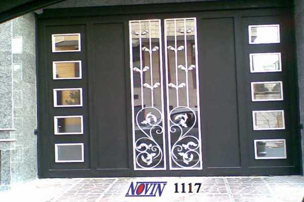 درب فلزی ساده و بسیار شیک مناسب برای درب حیاط و ورودی ساختمان با گل های فرفروژه کد ۲۷۶