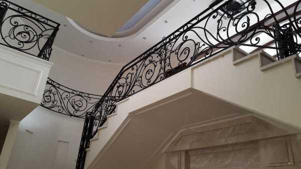 حفاظ فلزی پله با طرحی ماندگار و شیک با گلهای فرفروژه مناسب برای راه پله و تراس کد ۳۰۲