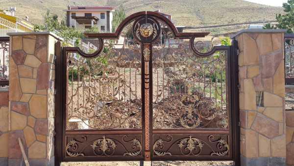 درب فلزی بسیار زیبا و شیک با کتیبه های منحصر به فرد و گل های فرفروژه مناسب برای ورودی باغ و ویلا کد ۳۰۳