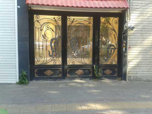 درب فلزی بسیار شیک و زیبا با گلهای طرح طاوس و فرفروژه مناسب برای ورودی پارکینگ , ساختمان و حیاط کد ۴۰۲