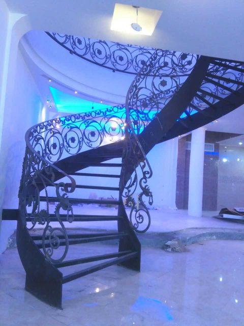 مدلی بسیار شیک و زیبا از پله و حفاظ فلزی با گل های فرفروژه مناسب برای اتاق های دوبلکس و راه پله کد ۴۰۹