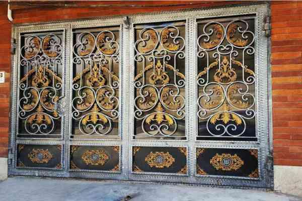 نمونه مدل جدید از درب فلزی ورودی ساختمان یا حیاط با طرح و کتیبه های لوکس فرفروژه کد 447
