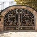 نمونه مدل جدید درب دو لنگه فلزی فرفروژه ی سلطنتی بسیار شیک و مدرن مناسب برای درب ورودی ویلا ساختمان و باغ کد 484