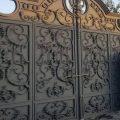 درب ورودی فلزی باغ و ویلا بسیار شیک و جدید با طراحی منحصر به فرد تشکیل شده از فلز پروفیل و گلهای فرفورژه کد 486